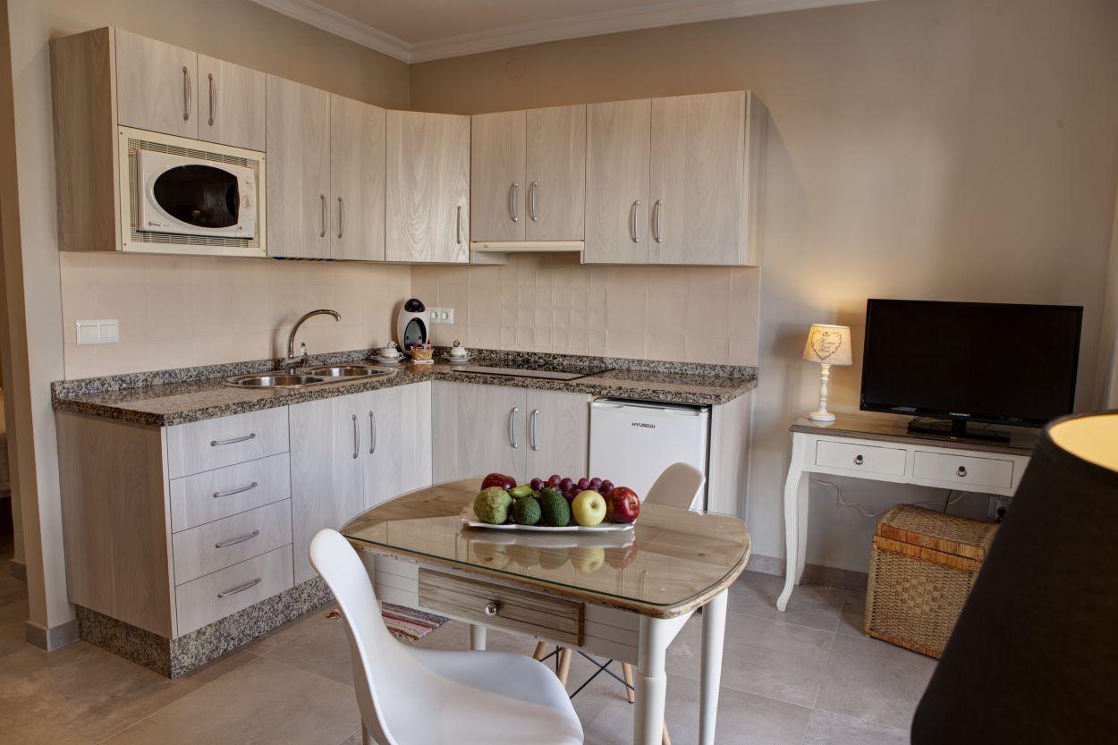 https://hostalplazacantarero.com/wp-content/uploads/2021/07/cocina-suite-plaza-cantarero.jpg