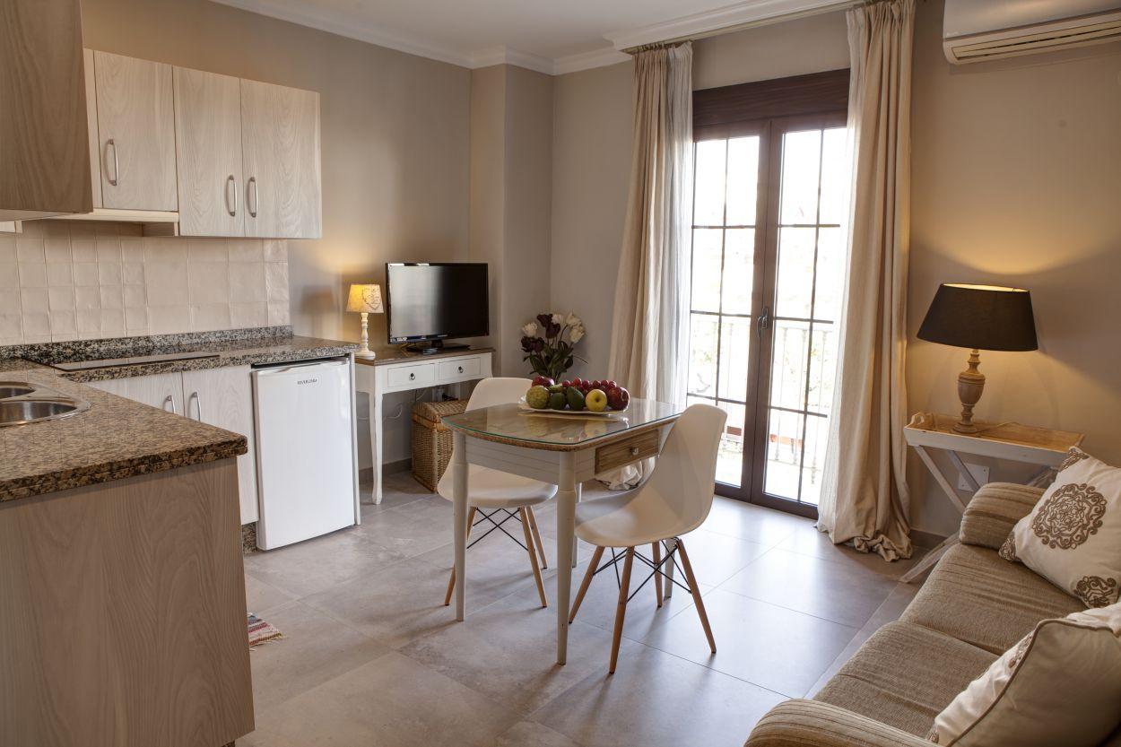https://hostalplazacantarero.com/wp-content/uploads/2021/07/suite-cocina-salon-plaza-cantarero-2.jpg